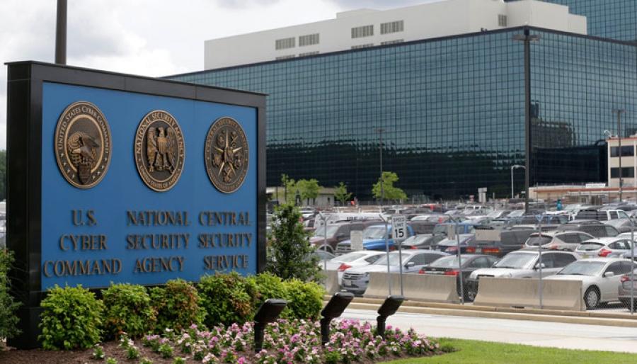 NSA는 온라인 주문된 컴퓨터를 가로채어 스파이웨어를 설치한다.
