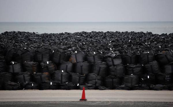 후쿠시마 방사능 폐기물을 담은 700개 이상의 포대가 폭우에 휩쓸려 내려가다.