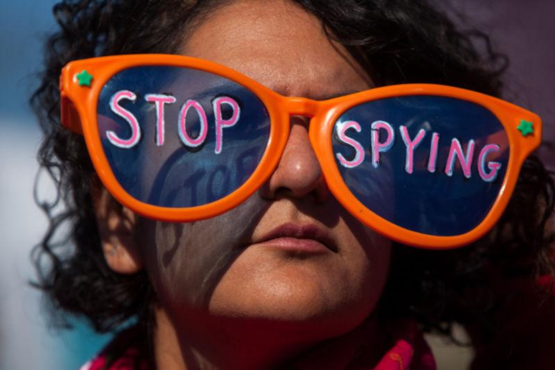 '파리 테러' 를 명분으로 정부들은 새로운 감시 법안을 통과시키려 한다.