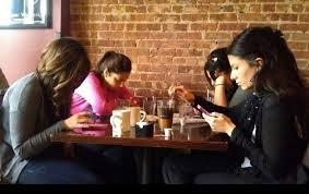 사람들은 평균적으로 하루에 스마트폰을 85회 들여다 본다.