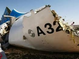 영국 정부와 미국 정보부는 러시아 여객기 추락의 원인을 내부 폭탄으로 지목한다.