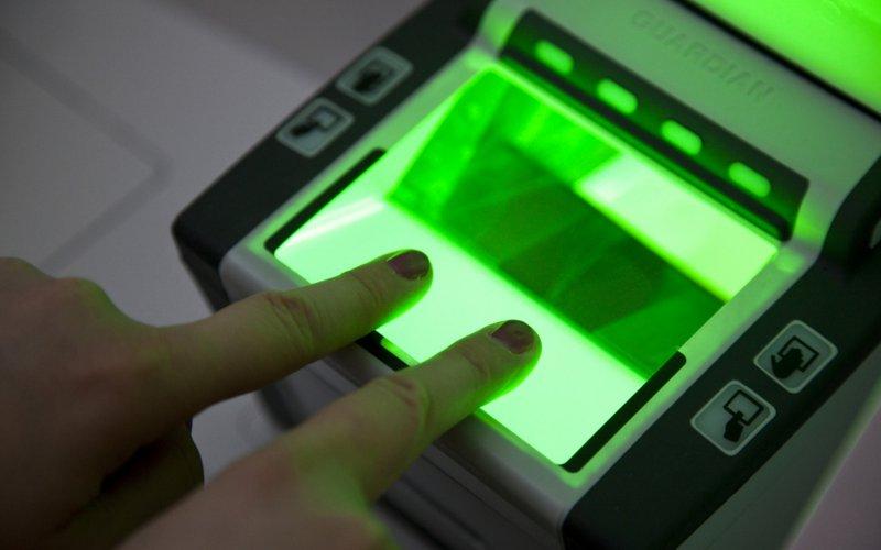 미국은 생체칩이 들어간 여권을 비자면제 관광객들에게 요구한다.