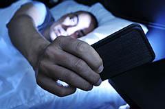 학생들이 밤에 불을 끈 후 하는 문자가 수면과 학업 성적에 영향을 미친다.