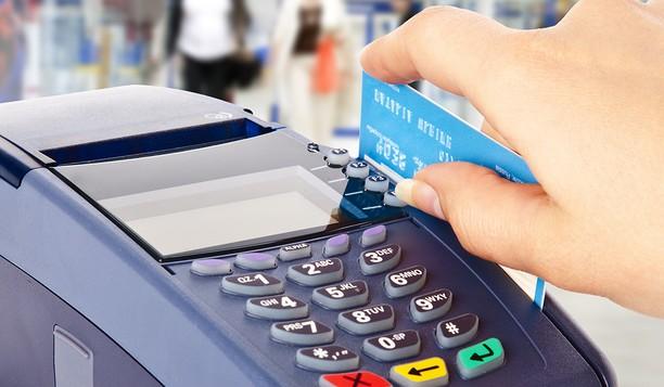 미국의 개인 신용카드 빚이 치솟으며 1조 달러에 도달하고 있다.
