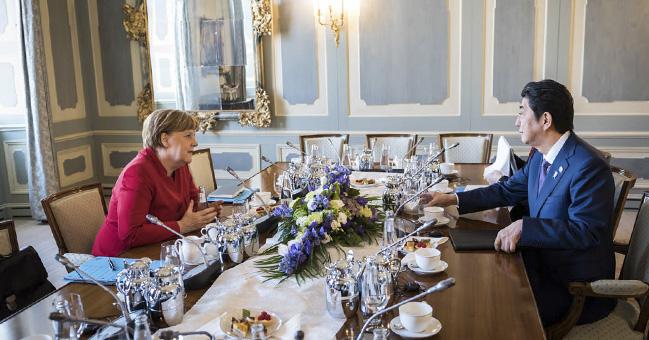 독일 메르켈 총리가 일본 아베 수상에게 NATO 가입을 제안했다.