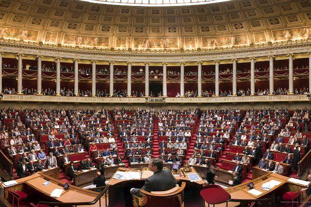 프랑스 국회는 유럽연합이 부과한 러시아 제재를 끝내는 결의안을 채택했다.