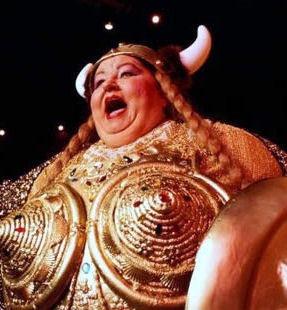 뚱뚱한 여자가 노래를 한다.