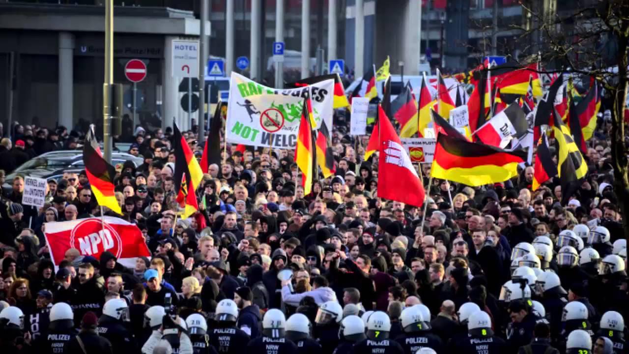 메르켈 총리의 국경 개방 정책을 비난하는 시위가 벌어지고 있다.
