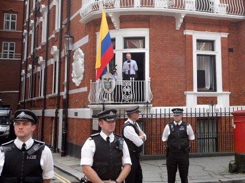 어샌지가 있는 에콰도르 대사관에 출동하는데 2시간이 걸린 영국 경찰