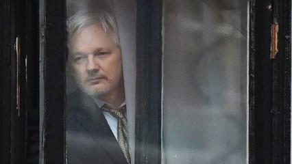 에콰도르 신분증을 받은 위키리크스의 줄리안 아산지