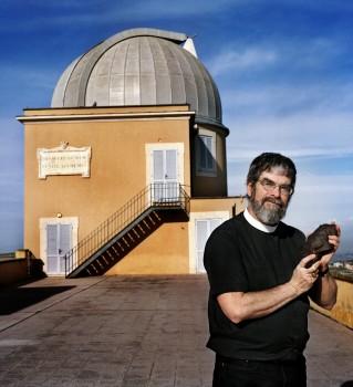교황의 천문학자는 외계인 세례를 생각 중에 있다.