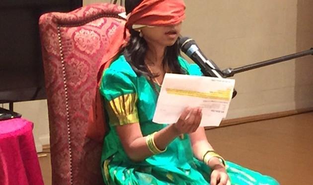 눈을 가리고도 제3의 눈으로 볼 수 있다고 주장하는 인도 소녀 요가마타
