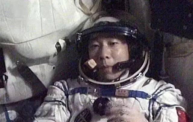 중국의 우주비행사 양 리웨이는 우주에서 이상한 노크 소리를 들었다.