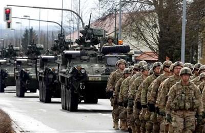 나토 연합군과 미군이 동부 유럽의 러시아 국경 주변에 모이고 있다.