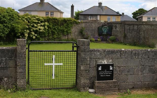 아일랜드의 미혼모 시설에서 죽은 아이들에게 백신이 실험되었다.