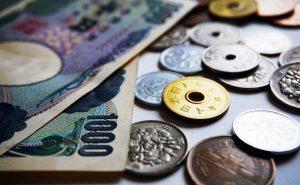 일본 은행들은 블록체인 기술 기반의 가상화폐 송금을 실험한다.