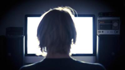 세계 최대 아동포르노 사이트의 운영자와 900여명의 회원들이 체포되다.