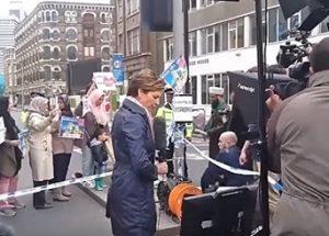 런던 다리 시위대 장면을 연출한 CNN