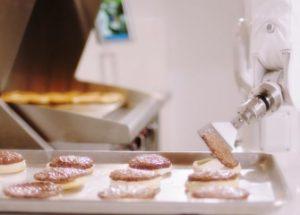 버거를 뒤집는 인공지능 로봇이 식당에 등장하다.
