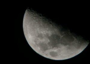 달을 지나가는 세 개의 비행물체가 촬영되다.