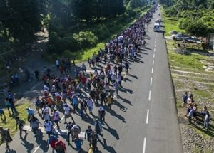 미국 국경을 향하는 중미의 대규모 불법 이민자들