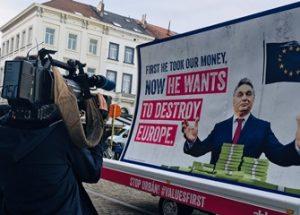 융커 EU 집행위원회 위원장과 소로스를 비난하는 반이민 광고 캠페인을 시작한 헝가리