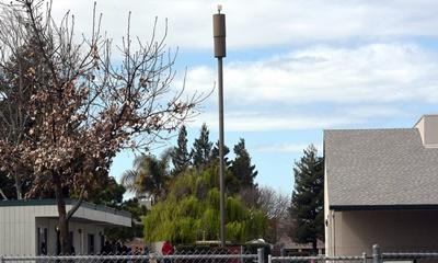 암 발생을 이유로 웨스턴 초등학교 내 설치된 이동통신 타워 제거를 요구하는 학부모들