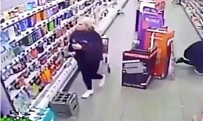 직원을 넘어트리는 '귀신'의 장난이 목격된 스코틀랜드 슈퍼마켓의 CCTV 영상