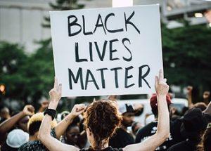 흑인을 대문자로 표기하기는 AP 통신, '모두의 생명이 중요하다' 발언은 인종차별